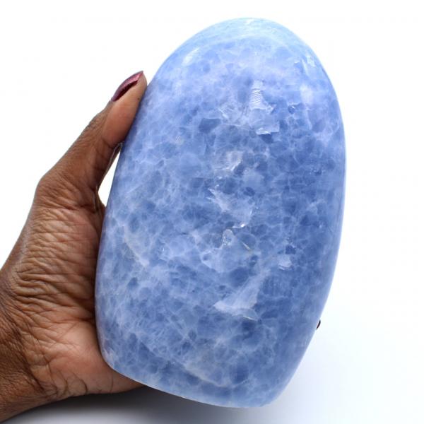 Fri form av blå kalcit